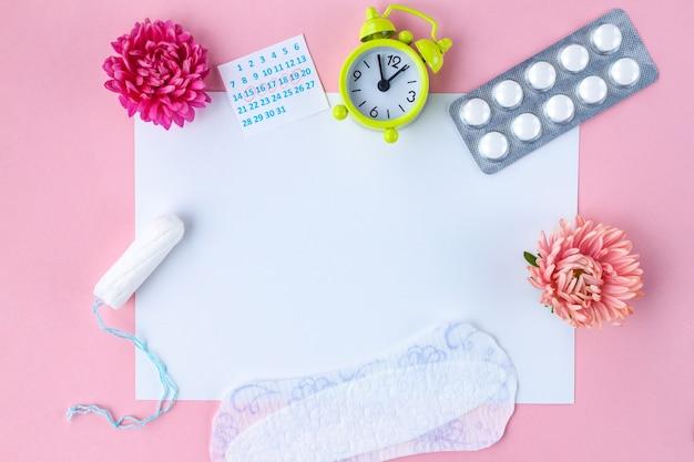 Тампоны для менструации, будильник, женский календарь, женские прокладки, противоболевые таблетки на критические дни и цветы. гигиенический уход в критические дни. Premium Фотографии