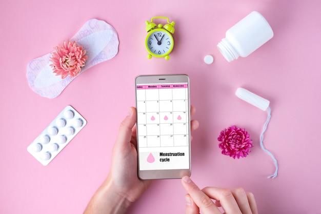 Тампон, женский, гигиенические прокладки на критические дни, женский календарь. уход за гигиеной во время менструации. отслеживание менструального цикла и овуляции. Premium Фотографии