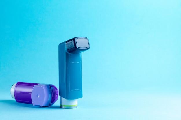 Астма ингалятор на синем Premium Фотографии