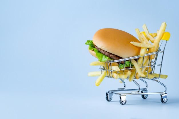 Концепция питания. картофель фри и гамбургер на закуску. Premium Фотографии