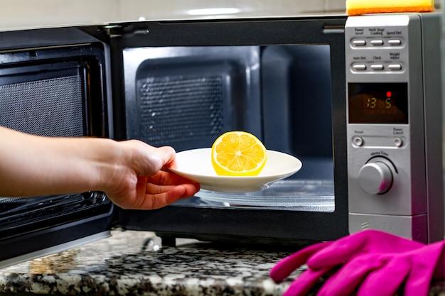 レモンを使用した電子レンジのクリーニング Premium写真