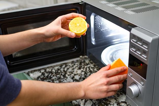 レモンを使用して主婦クリーニング電子レンジ Premium写真
