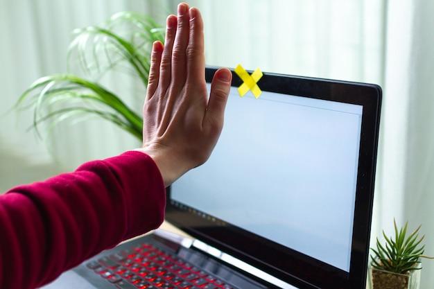 個人情報の盗難防止、詐欺のコンセプト。サイバーセキュリティ、サイバー詐欺。ハッカー攻撃、個人データおよび情報のセキュリティ。ウェブカメラによるオンライン監視。兄貴 Premium写真