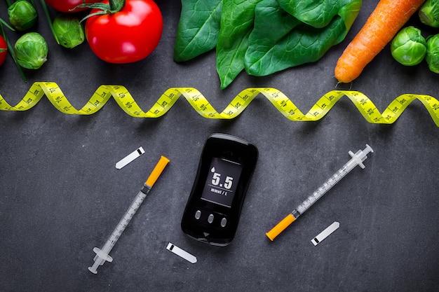 糖尿病のコンセプト。糖尿病患者の健康的なライフスタイルのためのバランスの取れた清潔な食品。血糖値の測定と監視。糖尿病の食事療法および減量 Premium写真