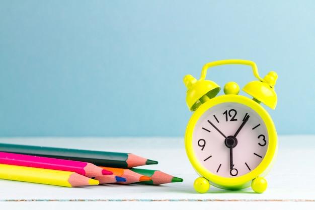目覚まし時計で学校に朝早く目を覚ます。学校生活。 Premium写真