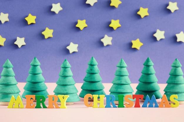 カラフルな文字でメリークリスマスの碑文。 Premium写真