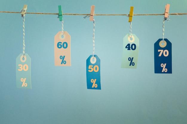 ラベルは洗濯はさみで取り付けられたロープに掛かっています。 Premium写真