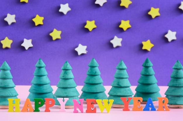 新年あけましておめでとうございますの碑文は、カラフルな文字で作られています。 Premium写真