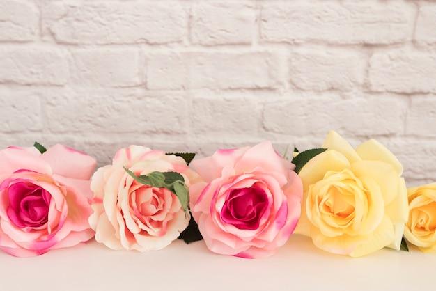 白い机の上のバラの花束 Premium写真