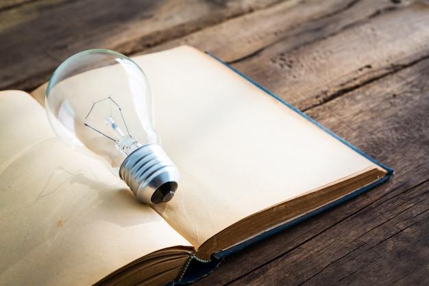 電球と開いた本 無料写真