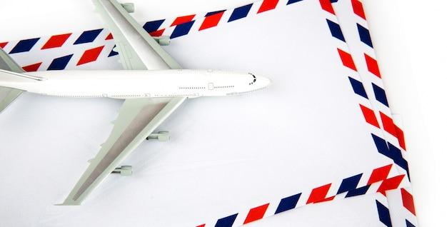 模型飛行機と航空郵便の封筒 無料写真