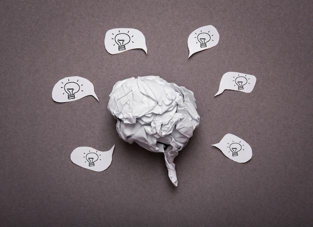 Медицинский фон, скомканная бумага форма мозга с лампочкой Бесплатные Фотографии
