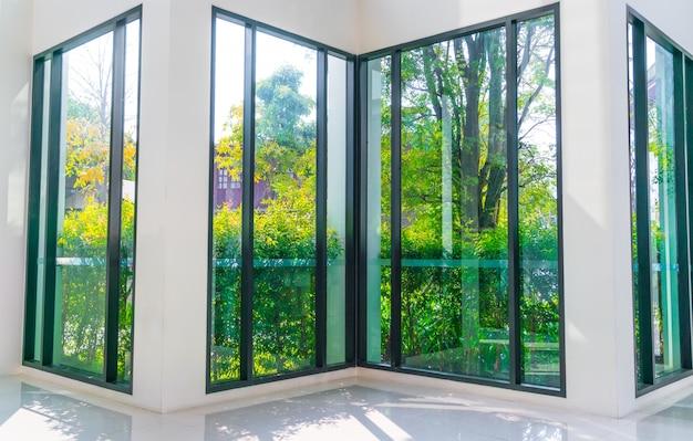緑豊かな庭園を見渡せるガラス窓。 無料写真