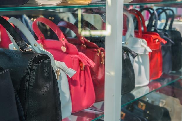 レディース革ハンドバッグの行。 無料写真