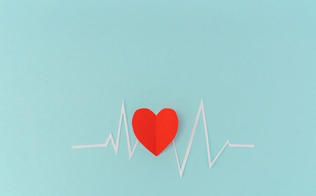 バレンタインデーのための心拍リズムの心電図の紙カット。 無料写真