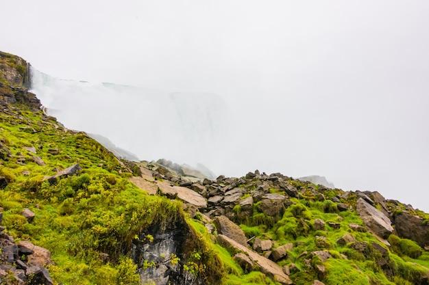 ナイアガラの滝の日の出のアメリカ側。 無料写真