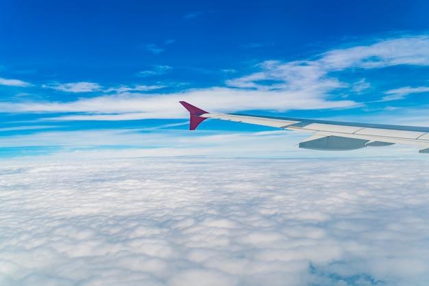 Крыло самолета, летящего над облаками. Бесплатные Фотографии
