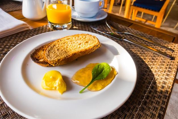 トーストとコーヒーで朝食。 。 無料写真