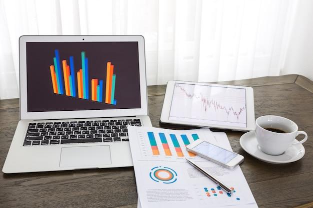 Технологические устройства со статистическими данными документами Бесплатные Фотографии