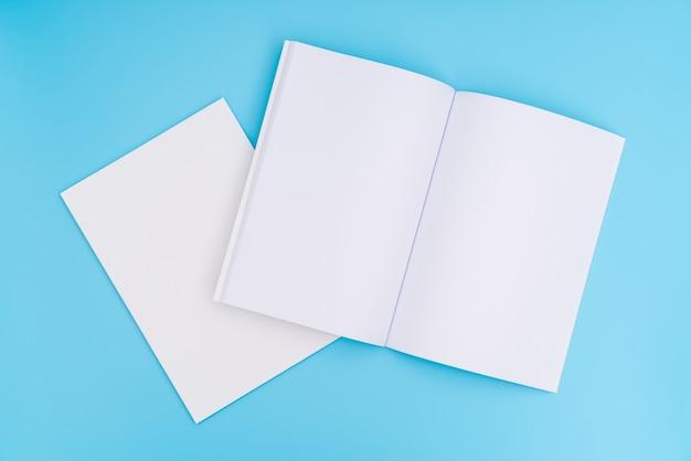 空のカタログ、雑誌、書籍は青い背景にモックアップ。 。 無料写真