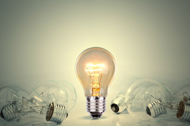 Лампочка горит между большим количеством источников света Бесплатные Фотографии