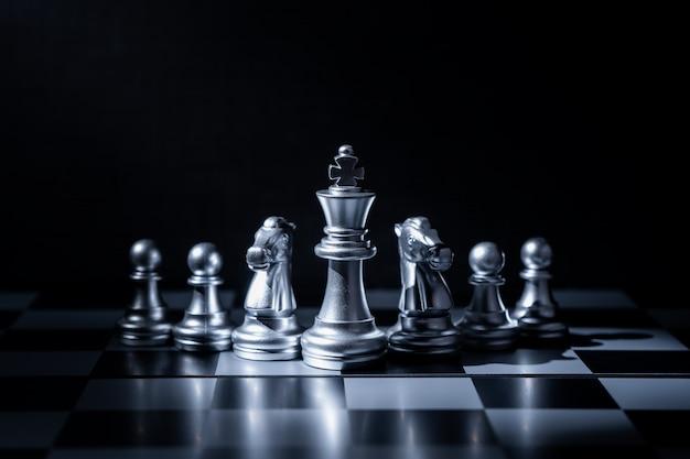 光と影のビジネスコンセプトのチェスボードゲーム。 Premium写真