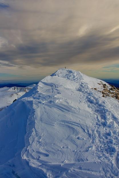 山の頂上と嵐の空。気候学の概念 Premium写真