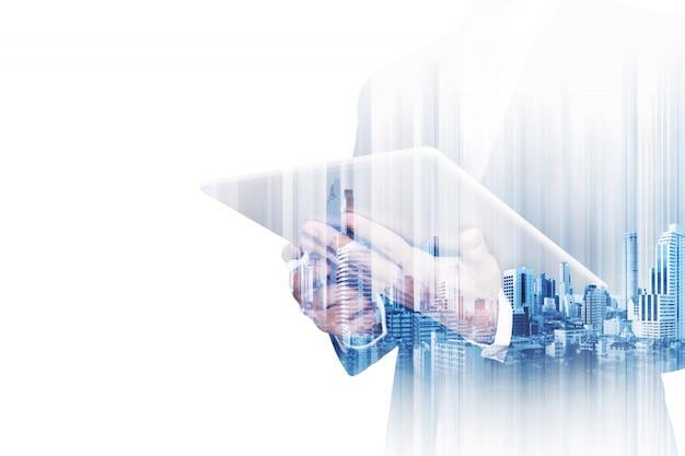 Бизнесмен двойной экспозиции работает на цифровой планшет на белом Premium Фотографии