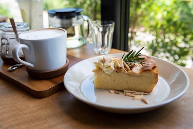 木製のテーブルの上のコーヒーカップとアップルパイケーキ Premium写真