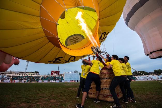 Многие мужчины поднимают воздушный шар в хатъяй, сонгкхла, таиланд Premium Фотографии