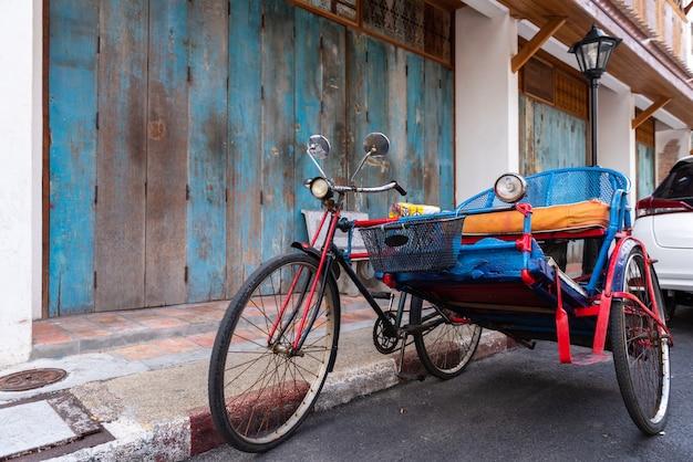 タイのソンクラー市周辺の人々を輸送するために使用されるヴィンテージ三輪車 Premium写真