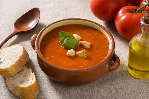 クルトンを添えた茶色のボウルのトマトスープ Premium写真