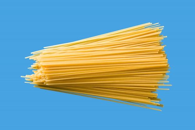 青の背景に生スパゲッティパスタ Premium写真