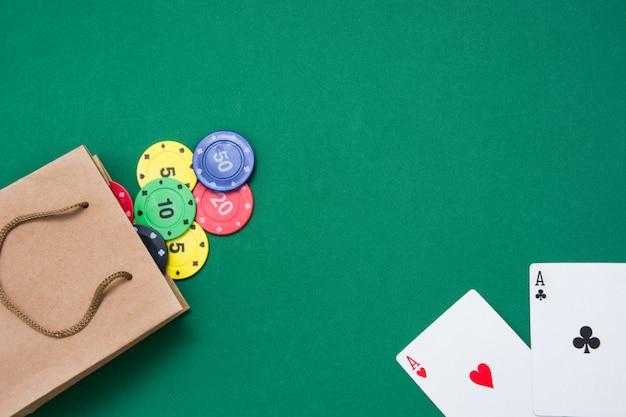 Покер карты и фишки для покера на зеленом фоне Premium Фотографии