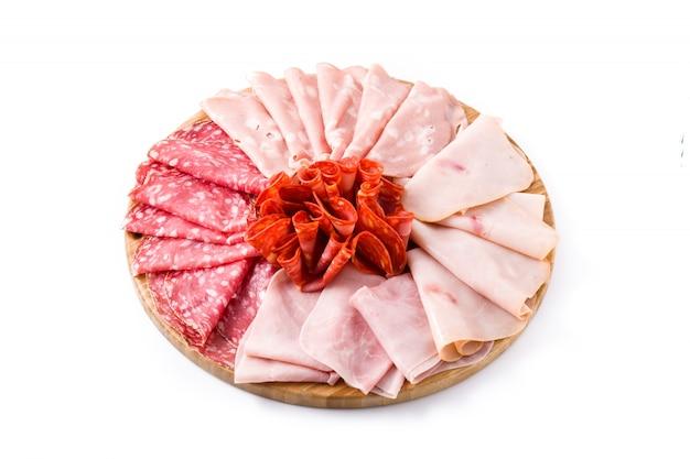白ハム、サラミ、ソーセージモルタデッラ、トルコで分離されたまな板の上の冷たい肉 Premium写真
