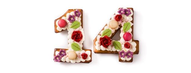 白で飾られた花と数でバレンタインケーキ Premium写真