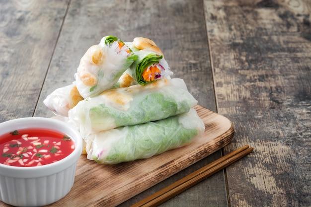 Вьетнамские роллы с овощами, рисовой лапшой и креветками Premium Фотографии