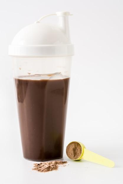 チョコレートプロテインシェークに孤立した白い背景。 Premium写真