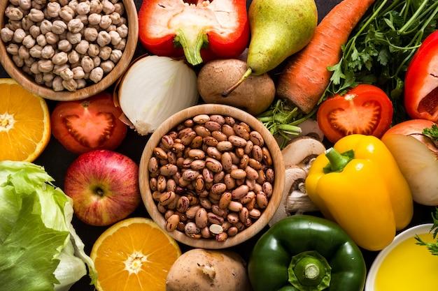 健康的な食事。地中海式ダイエット果物、野菜、穀物、ナッツオリーブオイル、魚 Premium写真