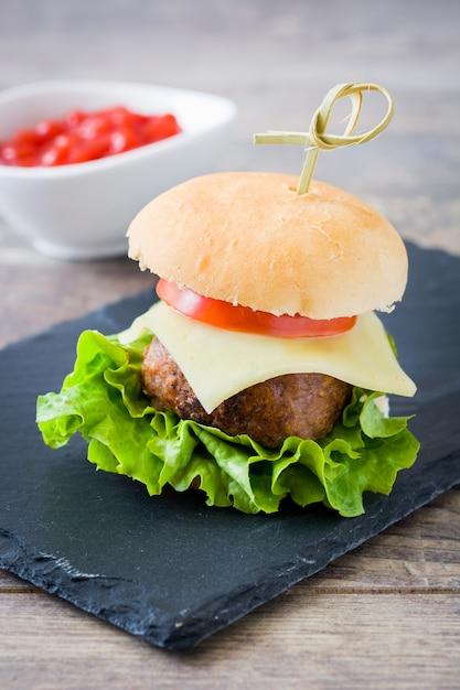 おいしいミニチーズバーガーと野菜 Premium写真