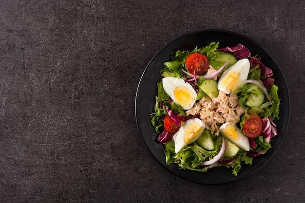 マグロ、卵、野菜のサラダ Premium写真