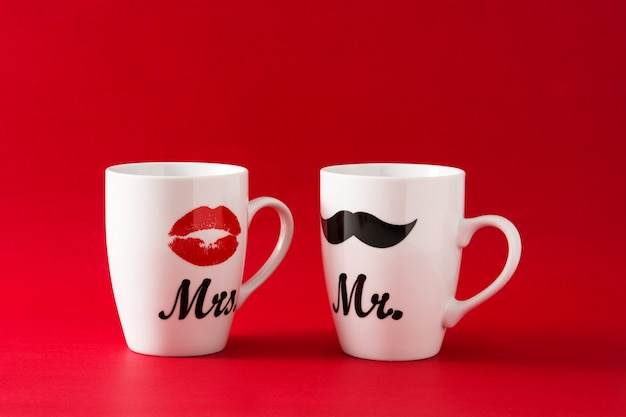 Кружки с усами и губами на день святого валентина на красном Premium Фотографии