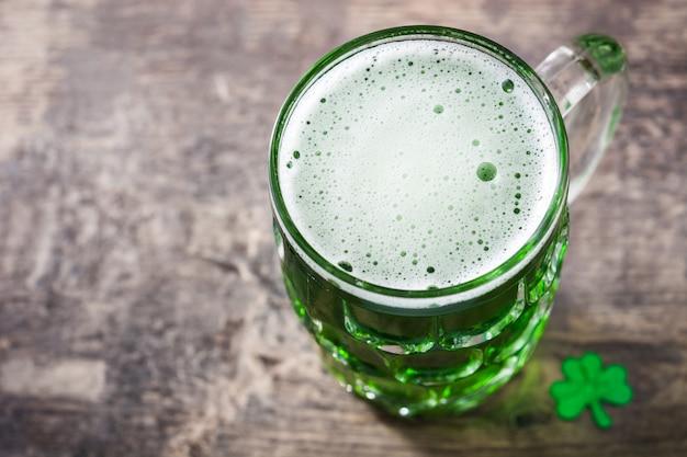 Традиционное зеленое пиво святого патрика на деревянном столе Premium Фотографии