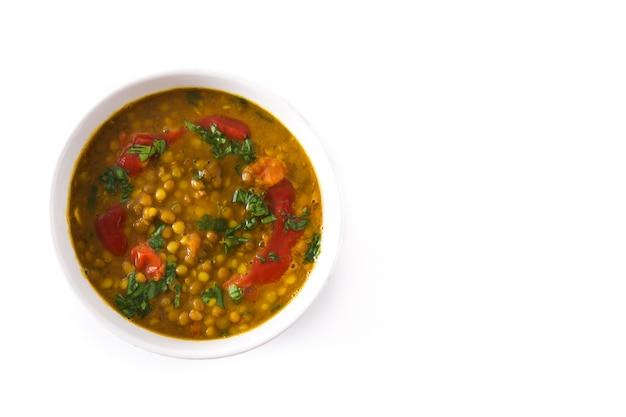 白で隔離されるボウルにインドのレンズ豆のスープダル(ダル)。 Premium写真