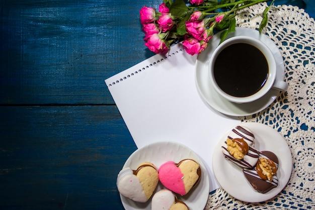 花とメモとコーヒーのカップ Premium写真
