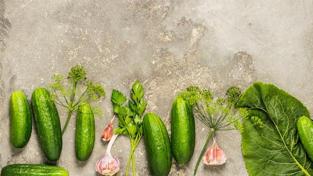 Свежие органические огурцы различных специй подготовки консервации. Premium Фотографии