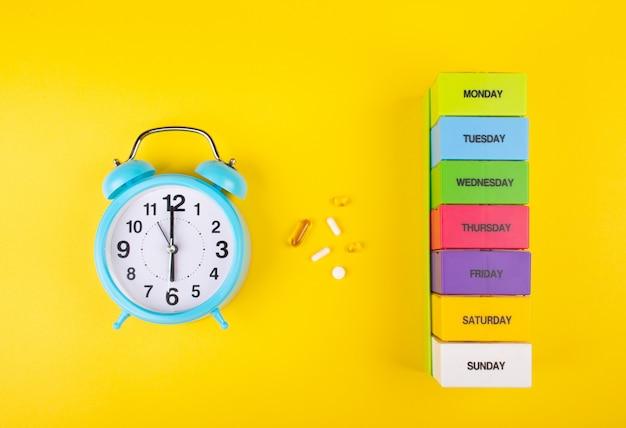 目覚まし時計、錠剤、錠剤オーガナイザー Premium写真