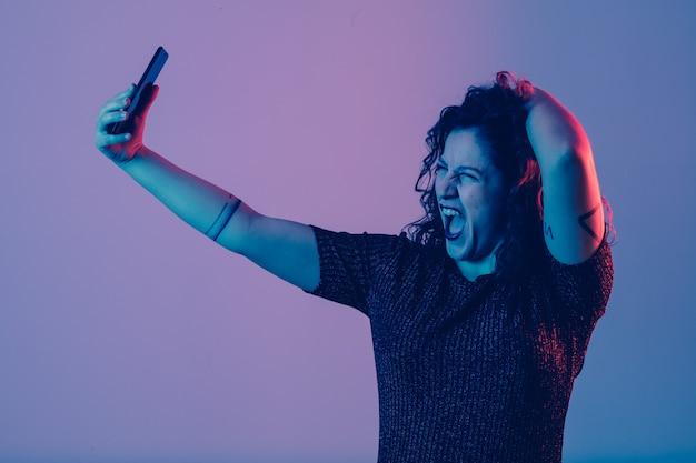 Молодая девушка делает селфи и развлекается на вечеринке Premium Фотографии