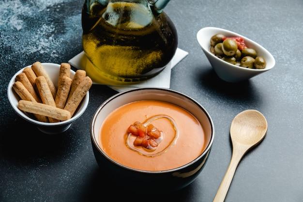 サルモレホのボウル、ガスパチョに似た典型的なスペインのトマトスープ Premium写真