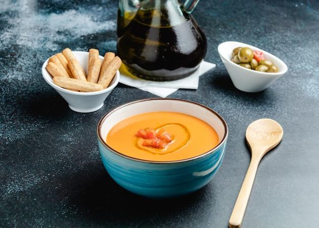 テーブルの上のスペインのサルモレホコルドベス Premium写真